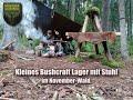 Bushcraft Stuhl Für Anfänger Mit Lager Und Bushbox Feuer Im November Wald.