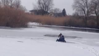 Парень спас собаку с холодной воды в Запорожье 2017