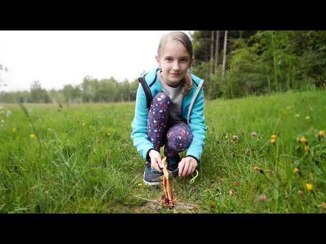 Feuerstarter verwenden und essbare Wildpflanzen mit der Jugend