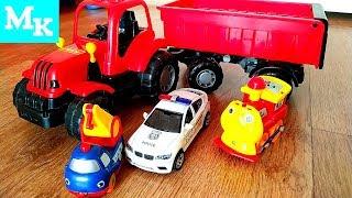 Трактор везет машинки в прицепе/ Что в прицепе у трактора