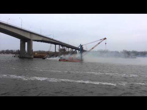 видео: Буксир тянет баржу с краном, но не справляется. Ворошиловский мост, Ростов-на-Дону