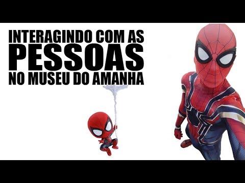 Spiderman Infinity War interagindo com as pessoas no Museu do Amanhã