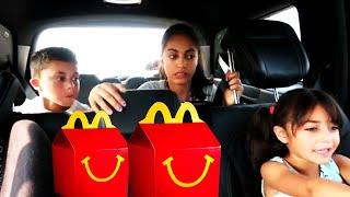 مجموعة من مقاطع الفيديو للأطفال  يلعبون خدمة طلبات السيارة من ماكدونالدز Heidi  وZidane