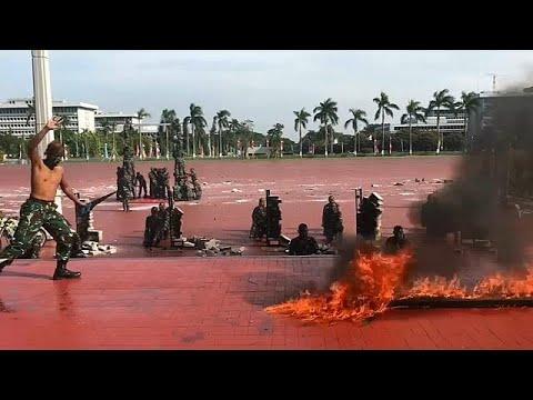 شاهد: جنود إندونيسيون يشربون دماء الأفاعي ويمشون حفاة على النار  - نشر قبل 26 دقيقة