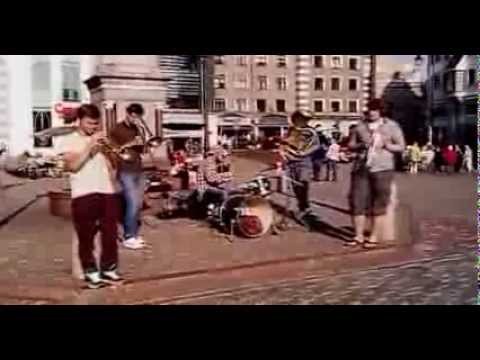 Robbie Wiliams - Supreme (covered by amazing street musicians in Riga's Old Town)