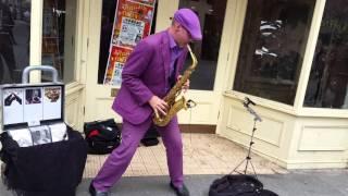 Saxofonista callejero en Exeter