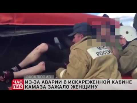Спасатели извлекают девушку из кабины КамАЗа после ДТП на трассе Пермь - Чернушка