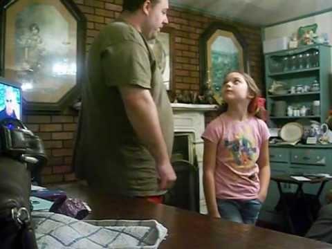 9歳のジェニーは、初めて彼女のお父さんを満たしています! [6:46x360p]