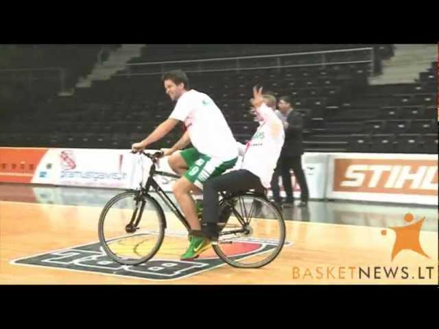 Mantas Kalnietis pavėžina Vladimirą Romanovą dviračiu