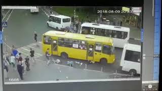 Смотреть видео Ужасное ДТП 09.08.2018 Москва Мытищи наезд на пешеходов онлайн