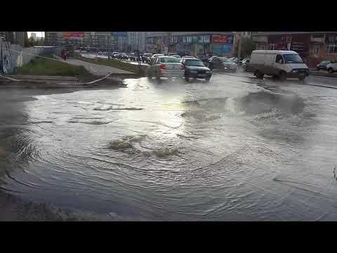 В Воронеже на улице Шишкова забил гейзер из нечистот