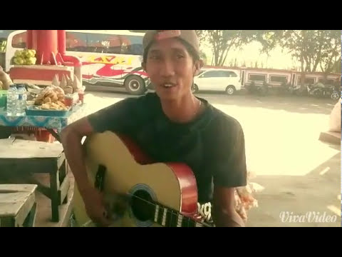 Talented Indonesian sang to me at the bus terminal