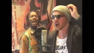 Innavibe et Sir Jean chantent l'anthem (l'hymne) du groupe. Titre e...