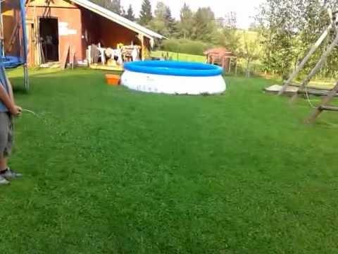 Leoš močí na zahradě thumbnail