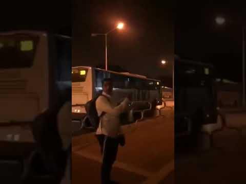 """הנהג לא עצר בתחנה, הנוסע נתלה על האוטובוס של חברת """"אפיקים"""" באשדוד צילום באדיבות """"אור ירוק"""""""