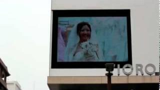 辻ゆりえさんが歌う「伝えたいこと」が使用された街頭ビジョンの映像で...