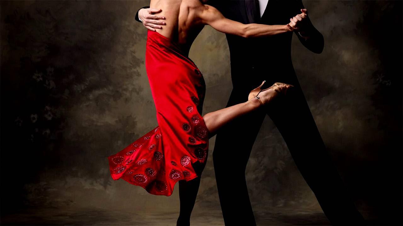 тискает девушку во время танца