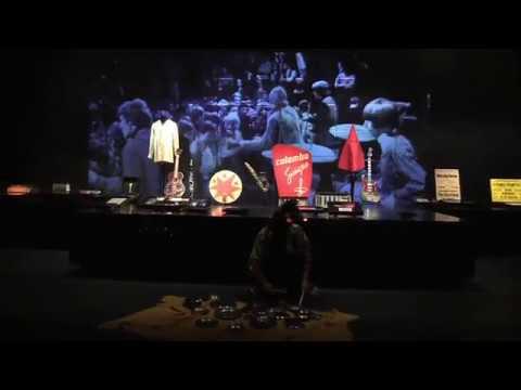 Blick in die 60er-Jahre-Ausstellung mit Klängen von Mani Neumeier