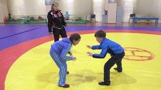 Девочка борется с мальчиками.  Учебно тренировочная схватка.Обучение технике борьбы.