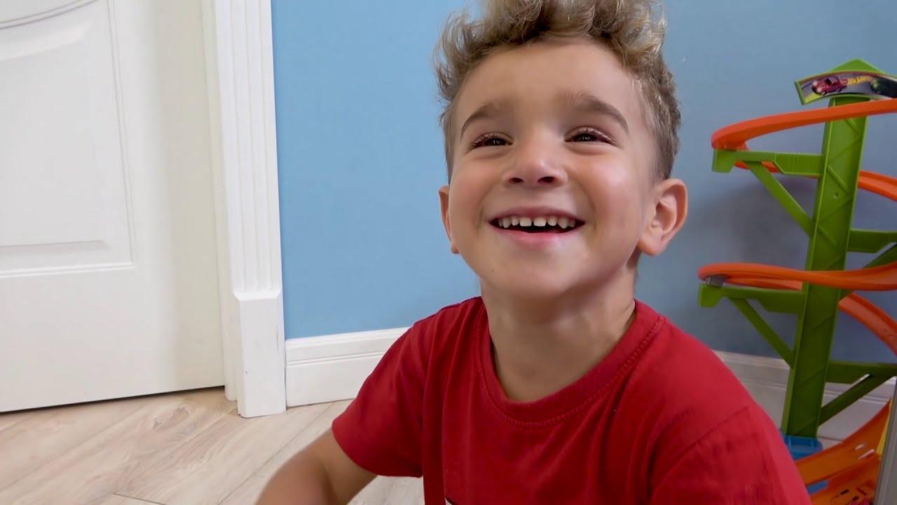 Игрушечный Поезд превратился в настоящий Лев и Глеб едут по Железной дороге на скоростном поезде