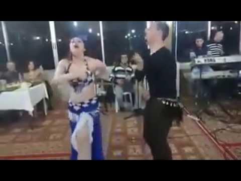 شاب يرقص احلا من البنات thumbnail