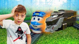 Видео про игрушки из мультфильма Роботы Поезда: Автомастерская. Кей проиграл гонку и попал в аварию!
