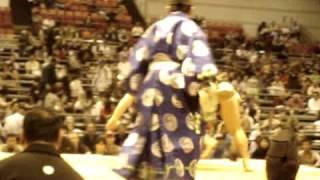 平成21年大阪場所八日目 幕下蒼国来さんが肩透かしで勝った相撲です。 ...