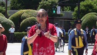 女性たちが赤いファッションを身に着けて国会をヒューマンチェーンで取...