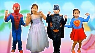 Человек паук и его семья поют песню Семья пальчиков