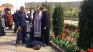 Изгнание беса в Приднестровье православным батюшкой. Обряд экзорцизма. Это нужно видеть!