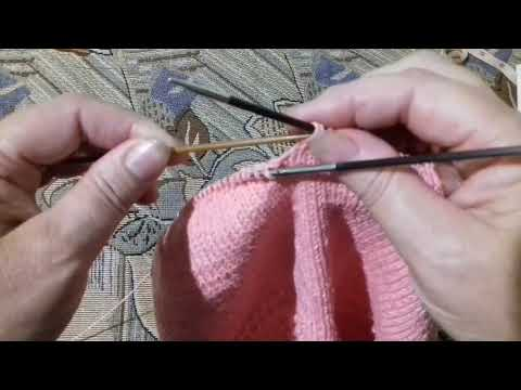 Вязаные спицами детские штанишки с ластовицей