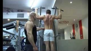 Бодибилдинг. Тренировка широчайших мышц. Подтягивание широким хватом для верхней части спины(27. Как правильно подтягиваться широким хватом. Тренировка верхней части спины - широчайших мышц. Оригинал..., 2009-10-20T21:58:47.000Z)