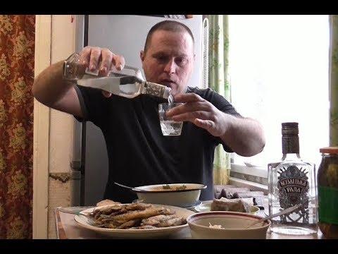 Пью ВОДКУ с БОРЩОМ и САЛОМ...