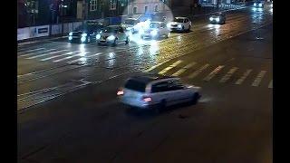 Инцидент, как водитель внедорожника таранит в Калининграде легковушку, попал на видео(ДТП произошло на Ленинском проспекте., 2016-09-21T08:57:38.000Z)