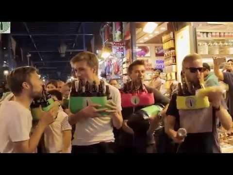 Kapalı çarşıda turistler şişelerle Tarkan parçası çalıyorlar
