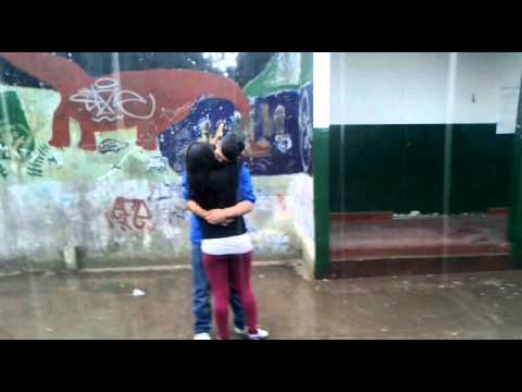 besos debajo de la lluvia