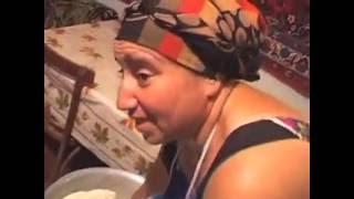 Женщина и кавказский хлеб