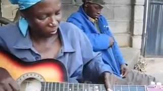 Bà già chơi guitar tuyệt vời