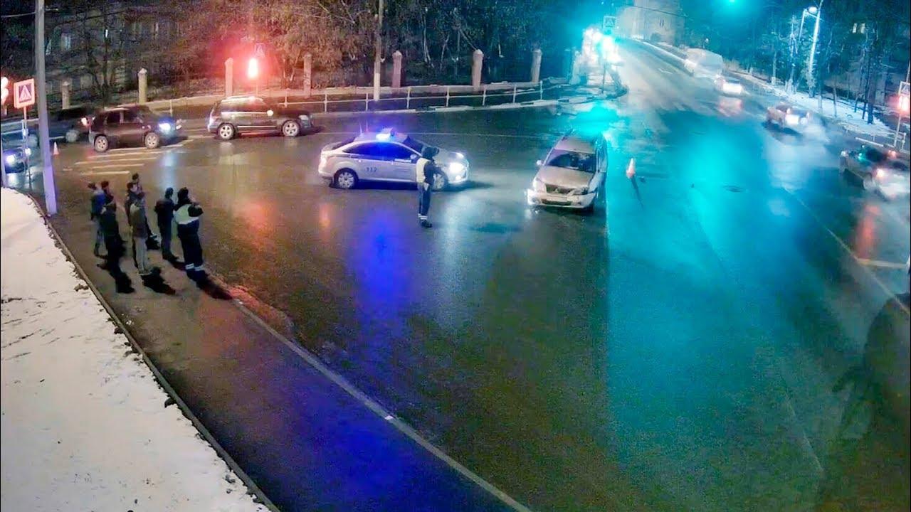 ДТП в Серпухове. Рванул на красный и ударил с разворотом... (видео со звуком). 27 октября 2017г.