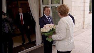 Меркель на русском языке пожелала Медведеву счастливого пути thumbnail