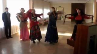 2011-12-29 Поздравление соседей (цыганский танец)