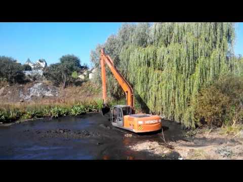 Очистка озера от ила экскаватором