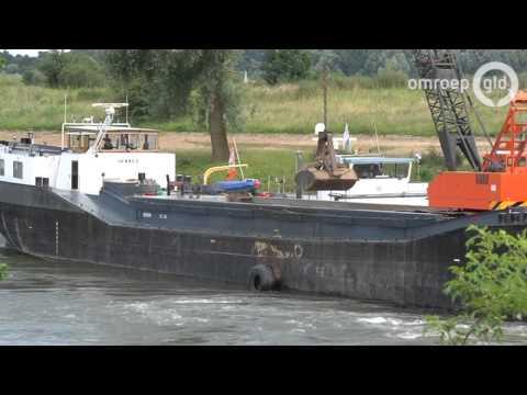 Vastgelopen schip op IJssel weer los