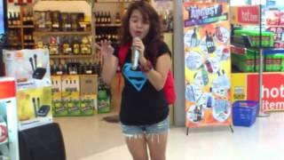 فيديو أكثر من رائع..  فتاة تبهر الجميع بصوتها الاكثر من الرائع فى مركز التجاري