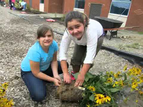 Regreening Project at Ecole Notre Dame in Hanmer - STUDENTS AT WORK