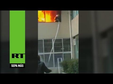 Bombero en llamas se lanza por la ventana para salvarse