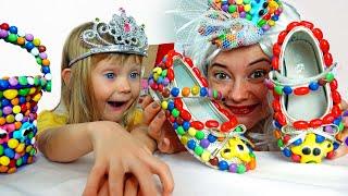 Настя и мама играет в продавца сладких подарков для детей  Sweet surprise