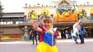 Парк Диснейленд Париж идём на аттракционы и катаемся в чашках   Парад Disneyland Park Paris
