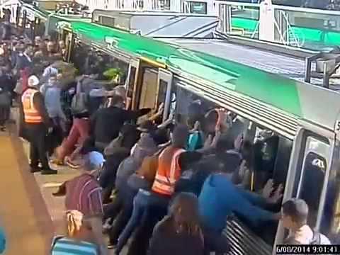 Пассажиры наклонили поезд чтобы спасти застрявшего человека новости
