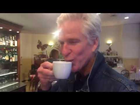 Matthew Modine e il curioso modo di preparare il tea